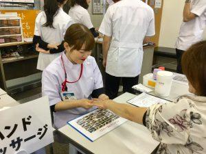 親子の距離をグッと縮めるハンドマッサージ @ 九州医療スポーツ専門学校 附属高等学院
